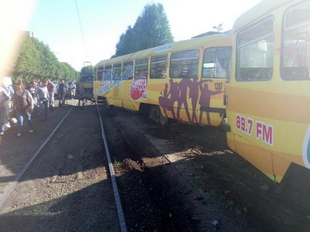 В Днепре в час пик трамвай сошел с рельсов