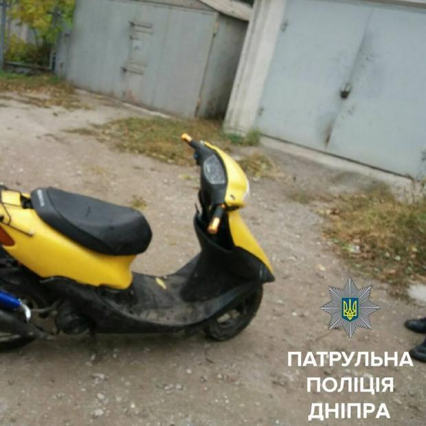 В кустах у гаражного кооператива полиция обнаружила скутер