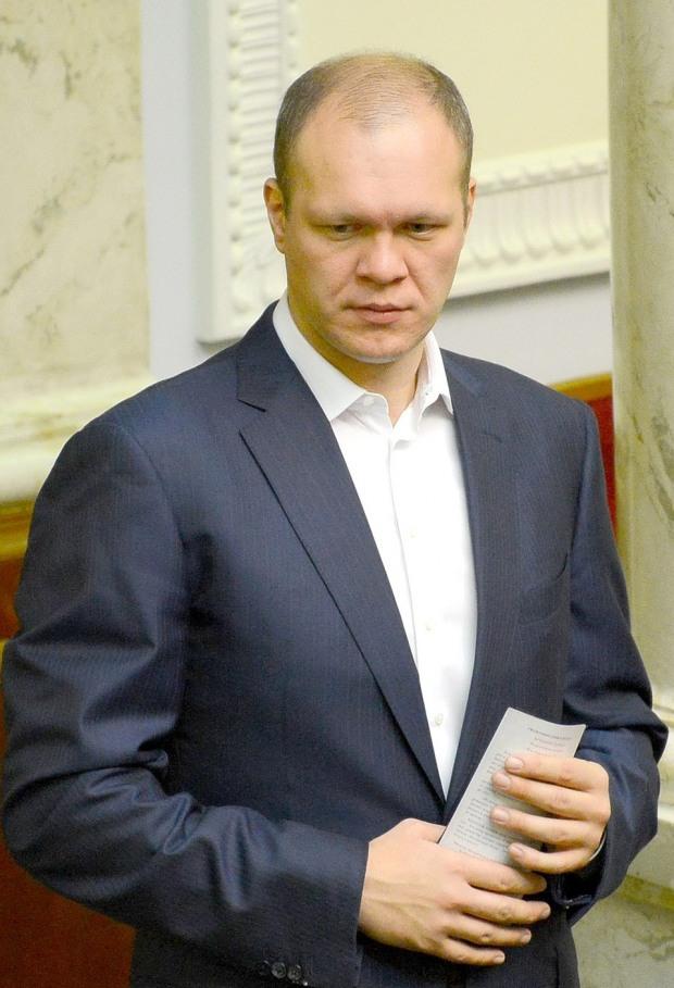 Днепровский нардеп хочет выехать заграницу с долгом в 11 миллионов долларов