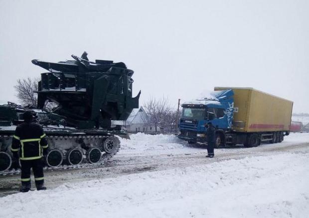 Спасатели круглосуточно вытягивают авто из снежных заносов