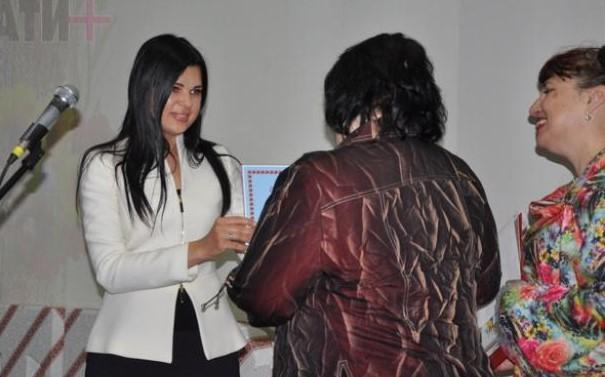 Олена Плахотнік подарувала ноутбук Кам'янському Центру туризму і краєзнавства «Горицвіт»