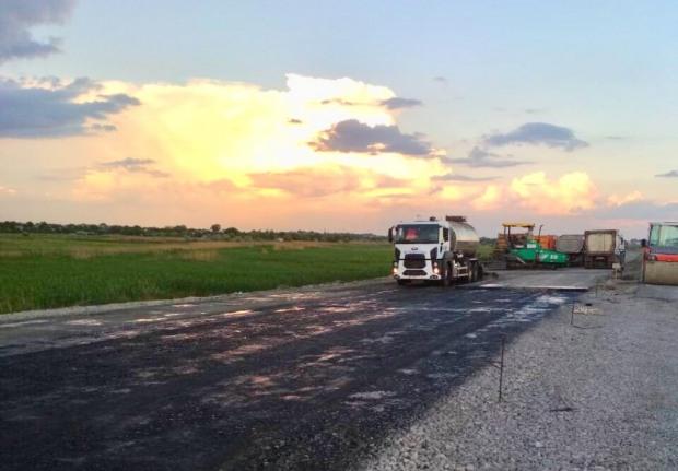 На дороге Днепр-Царичанка-Кобеляки укладывают верхний слой основания дороги