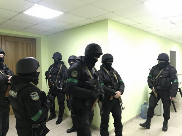 Активисты заявили о захвате базы «Азова» правоохранителями и заблокировали им выезд
