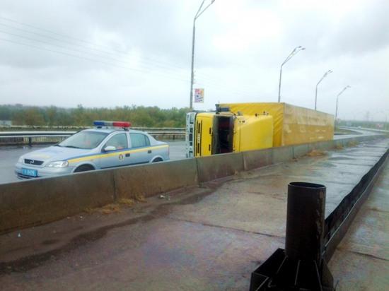 В Днепродзержинске из-за шквального ветра перевернулся грузовик