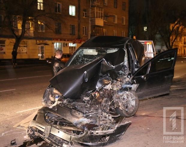 В Кривом Роге «Пежо» сбил двух подростков и врезался в троллейбус