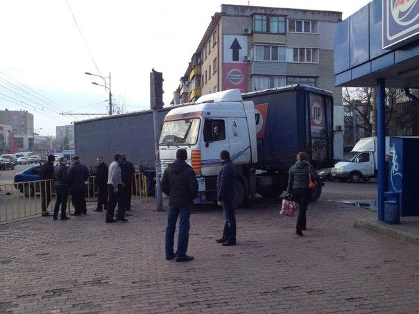 Утром на Правде произошло ДТП: столкнулись грузовик, троллейбус и легковушка