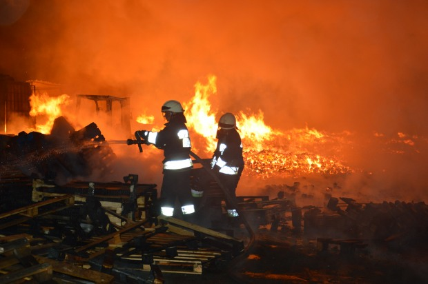В Днепре ночью произошел пожар на территории предприятия