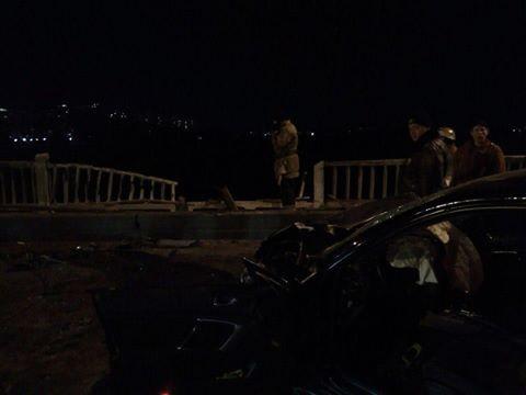 Вчера вечером на Новом мосту произошло ДТП: автомобиль вылетел в Днепр, погибли два человека