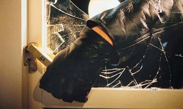 Трое разбойников, забравшись в дом, избили и ограбили женщину