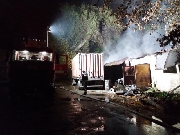 В Днепре спасатели более трех часов тушили масштабный пожар