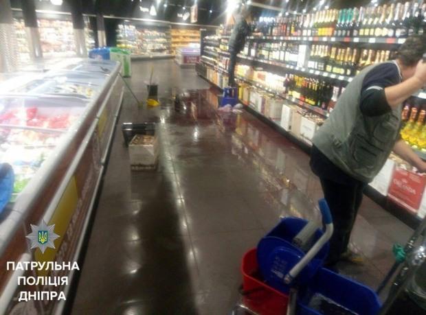 Среди ночи житель Днепра устроил алкогольный погром в магазине