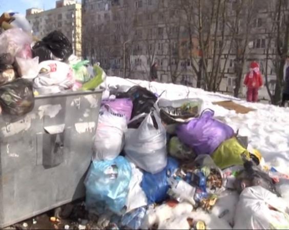 Почему в Днепре больше недели не вывозят мусор со дворов