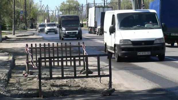 Памятник коммунальному недоделу: на ул. Каруны в Днепре появился опасный участок