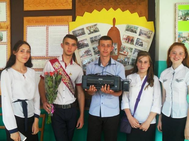 До свята Останнього дзвоника школи П'ятихатського району отримали подарунки