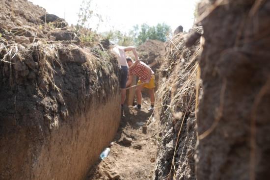Жители Мариуполя роют окопы