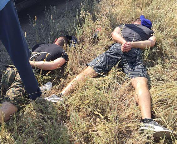 На Днепропетровщине полиция остановила два джипа с вооруженными людьми