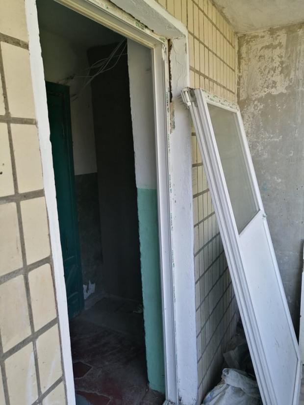 Знайшовся ремонтник, який «забацав» у під'їздах ж/м Тополя-3 двері, що повідпадали