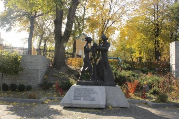 В Днепре  активисты «С14» разрисовали памятник комсомольцам