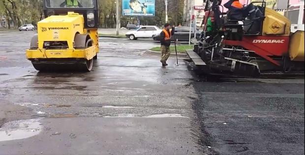В Никополе асфальт укладывают прямо в лужи