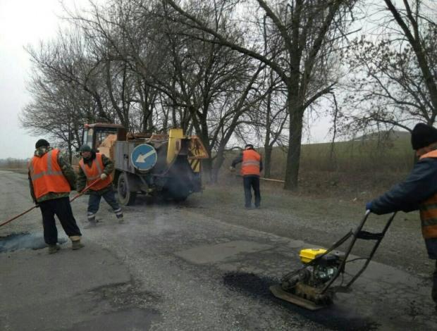 Служба автодорог опубликовала фото с работающими людьми: устраняют дефекты