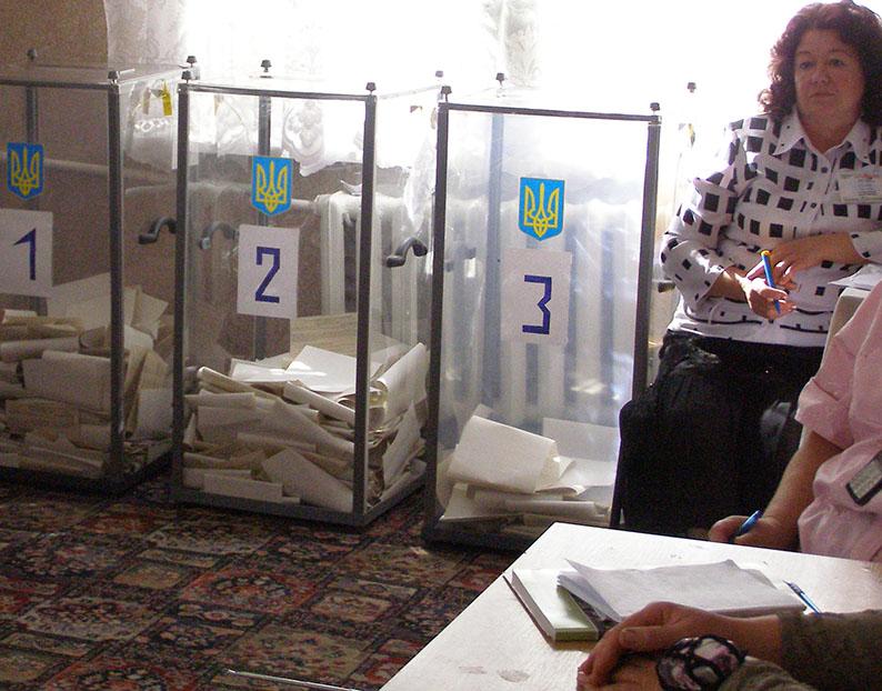 У Дніпровській міській ТВК посилено замінюють членів