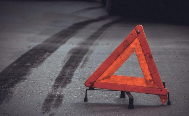 У Дніпрі на Набережній Перемоги 4 автомобілі в'їхали в люк: одна машина перекинулася (фото)