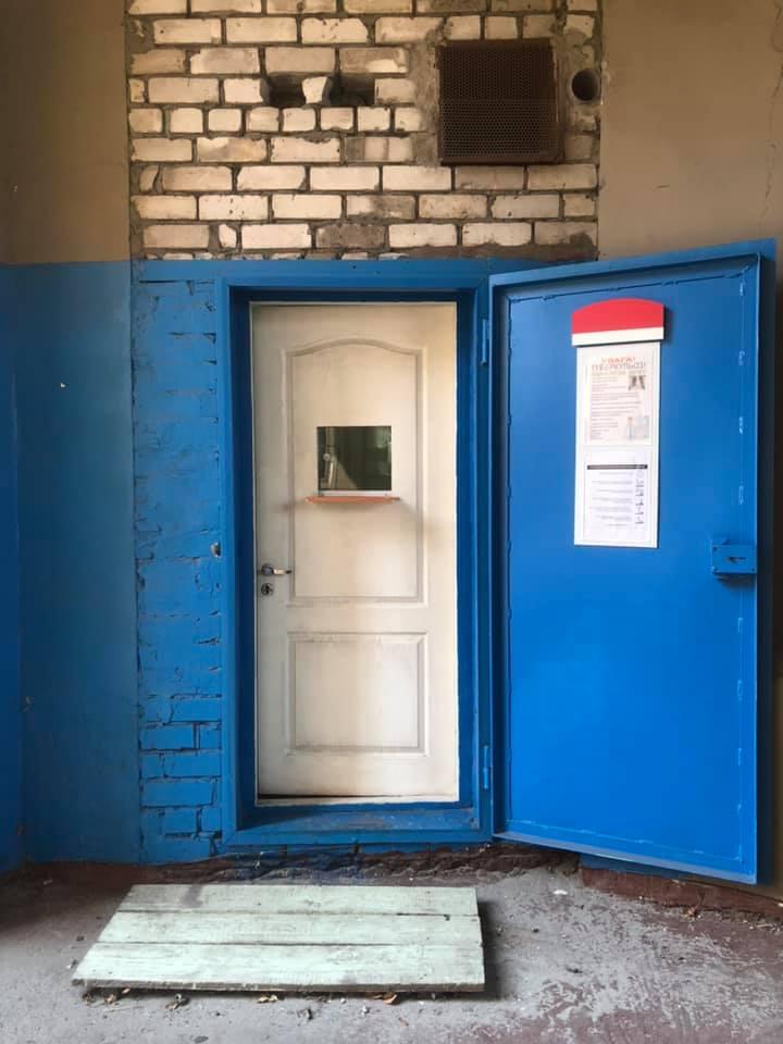 Лікарня Дніпровської міськради приймає мазки для дослідження на коронавірус посеред вулиці