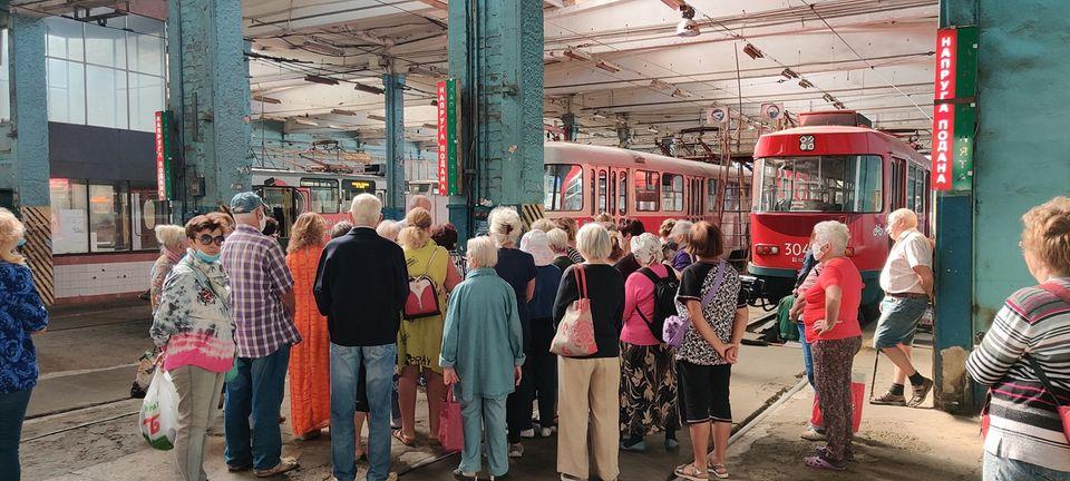 Дніпровська міська влада використовує пенсіонерів для піару