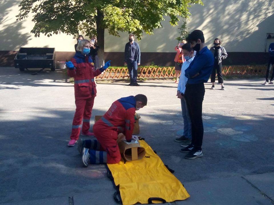 Школярів Дніпропетровщини навчають надавати постраждалим екстрену медичну допомогу
