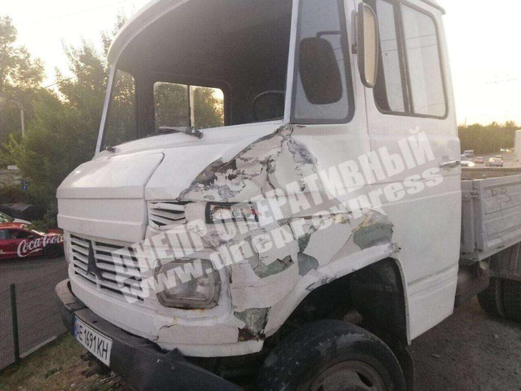 У Дніпрі вантажівка врізалася в маршрутку з пасажирами (фото)