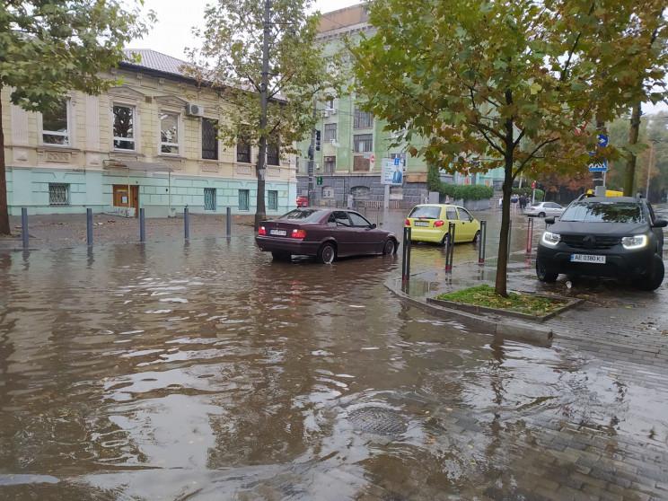 А де ливнівки: дощ знову перетворив вулиці Дніпра на водойми