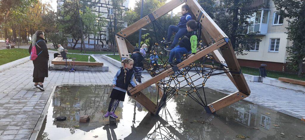 «Досягнення Філатова»: у Дніпрі дитячий майданчик пішов під воду