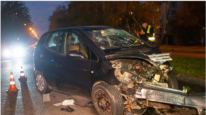 У Дніпрі на проспекті Поля Mercedes влетів у стовп: дівчину викинуло на дорогу, водій втік (фото, відео)