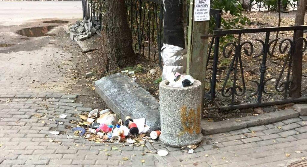 Комунальники Філатова не прибирають сміття