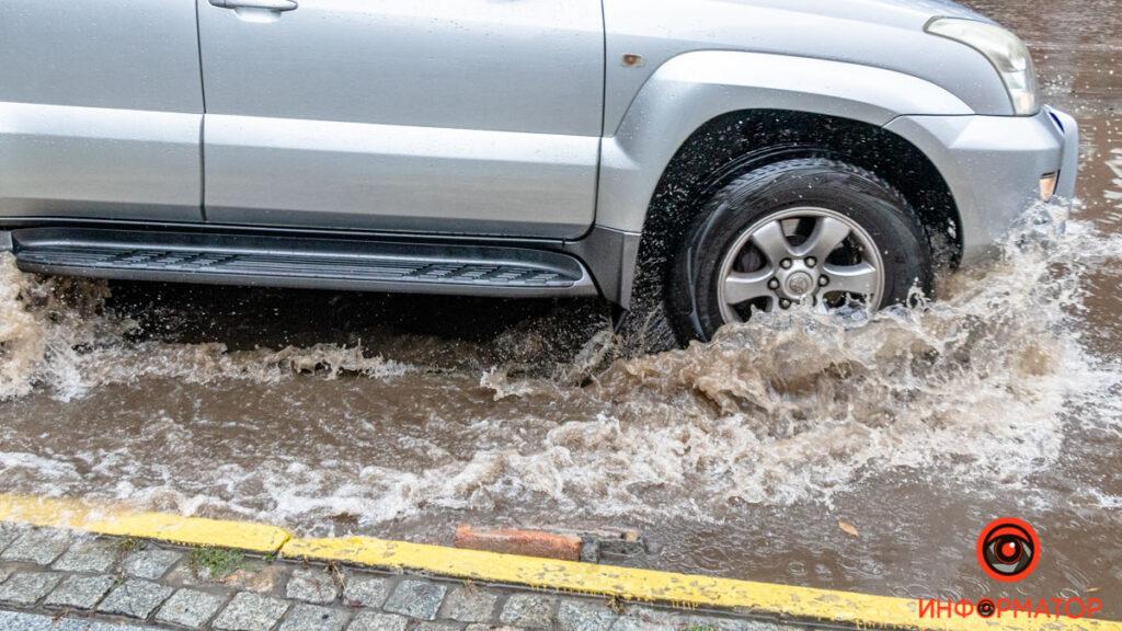 Природний колапс у Дніпрі: заглохли машини і провалився асфальт (фото, відео)