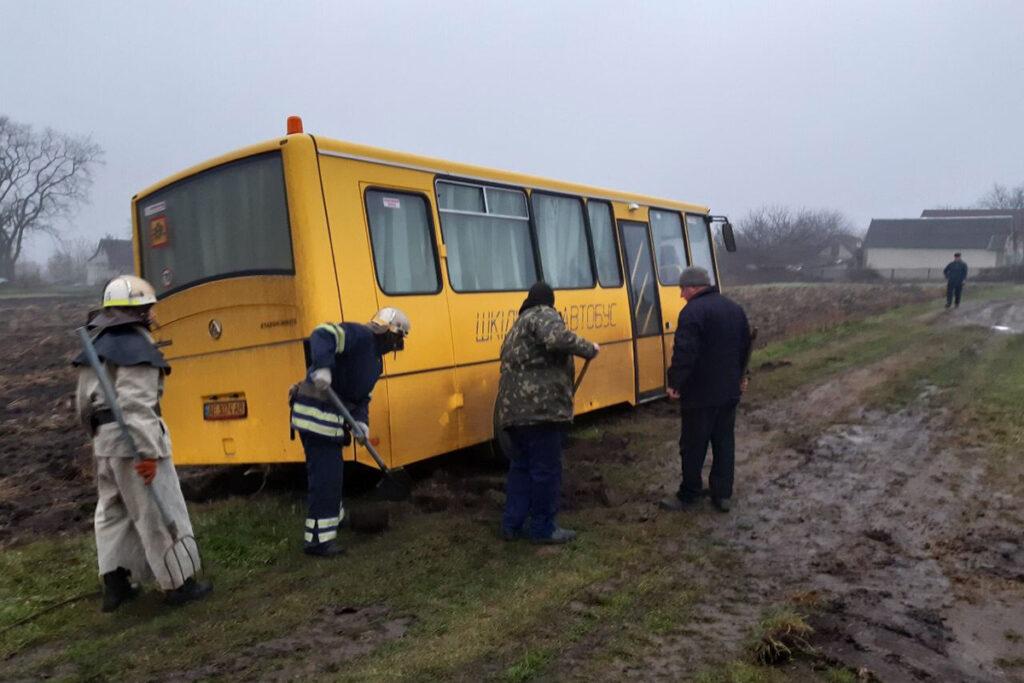 На Дніпропетровщині у багнюці застряг шкільний автобус