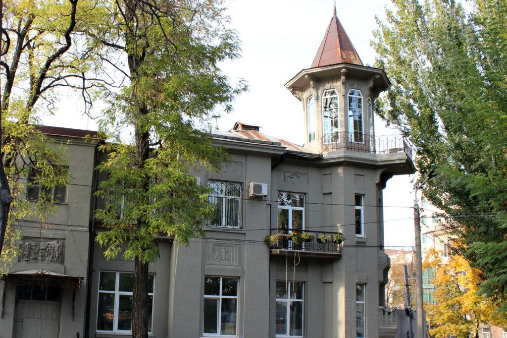Коли влада не діє: дніпрянка самостійно реставрувала історичну будівлю