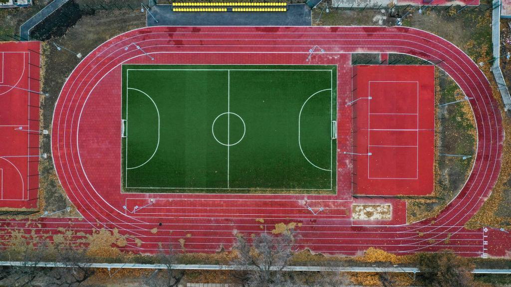 У школі №126 Дніпра сучасний стадіон прийшов на зміну старому спортивному майданчику (фото, відео)