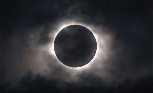 Сьогодні ввечері – останнє повне сонячне затемнення року