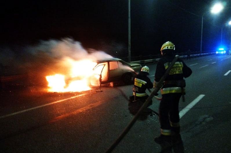 У Дніпрі на Кодацькому мосту згорів автомобіль