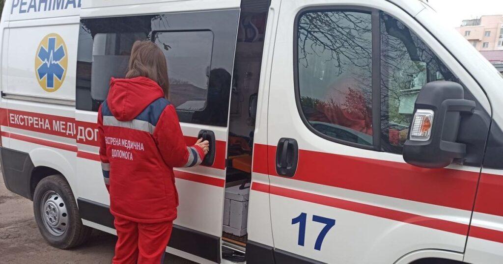 """""""Вигрузили з лікарні і вивезли майже голого"""": під Дніпром пацієнта транспортували в інше місто в самій майці"""
