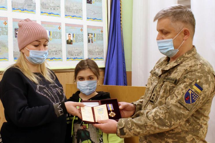 У Дніпрі родичам загиблого при пожежі десантника вручили орден