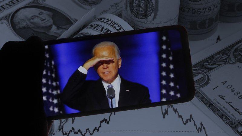 Джо Байден планує підтримати американців, тому долар в Україні падає