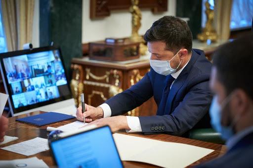 Президент підписав закон про підвищення зарплат немедичним працівникам у сфері охорони здоров'я