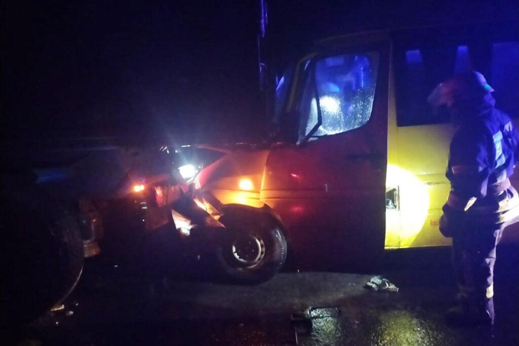 Водія мікроавтобусу від зіткнення з вантажівкою майже розчавило