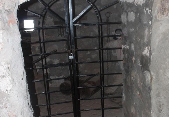 Двоє дніпрян влаштували катівню прямо у підвалі жилого будинку