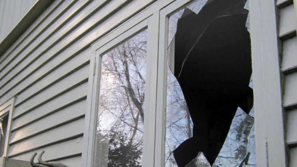 В Дніпрі позивач, голосно матюкаючись, розбив два вікна в залі судових засідань