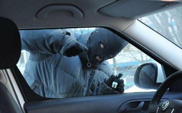 Троє іноземців пограбували автівку жителя Підгородного