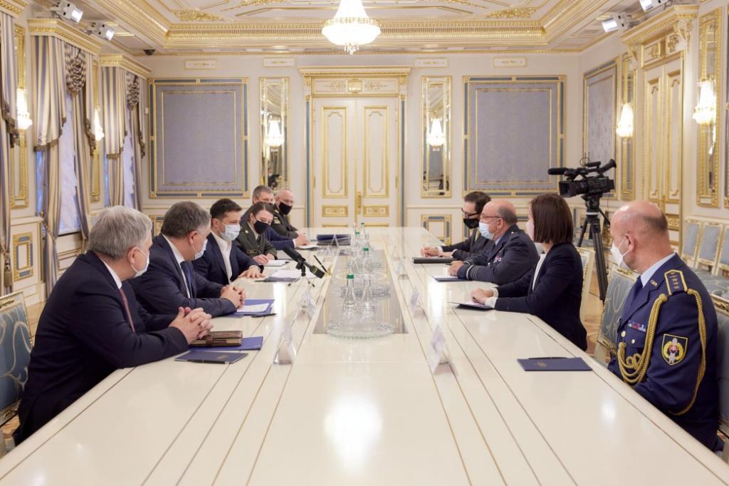 Президент зустрівся з головою Військового комітету НАТО