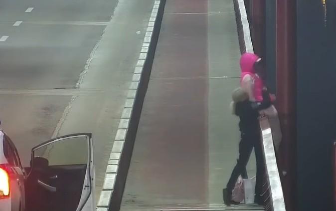 Поліцейські врятували молоду жінку за крок до самогубства